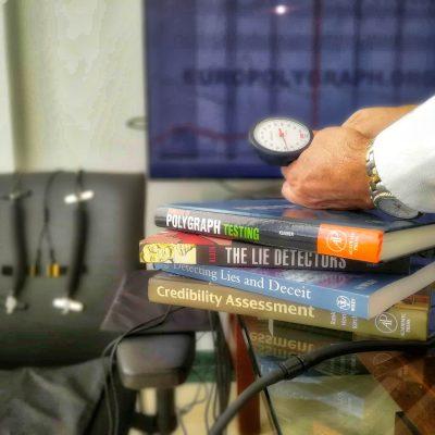 prueba de polígrafo, libros y equipos